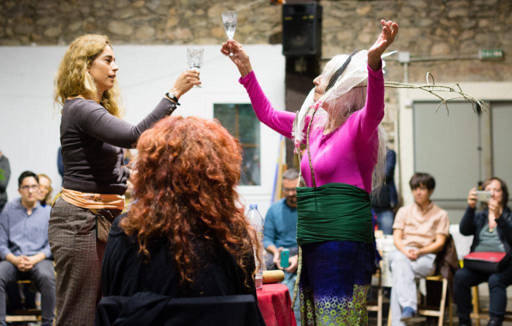 'Acción de la finlandesa Inari Virmakoski (dcha) junto a Eva Arbones (izda) en XIII La Muga Caula 2017. Foto: Paco Justicia.