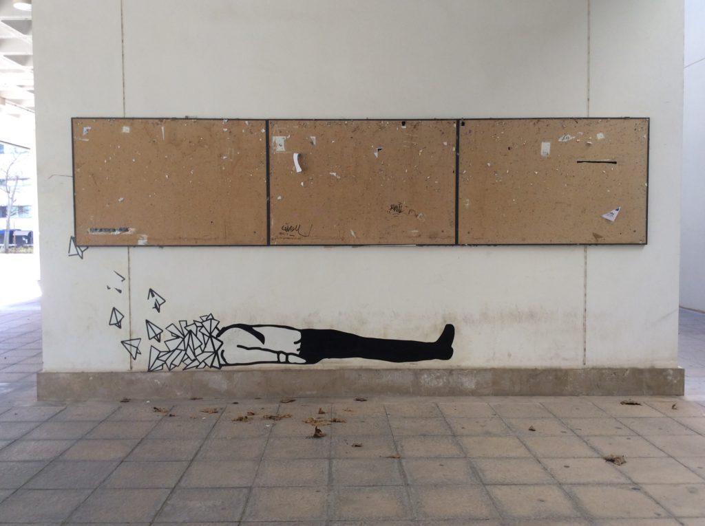 Intervención anónima de los tablones de anuncios, Facultad de Bellas Artes de la Universidad Politécnica de Valencia. / Laura Corcuera