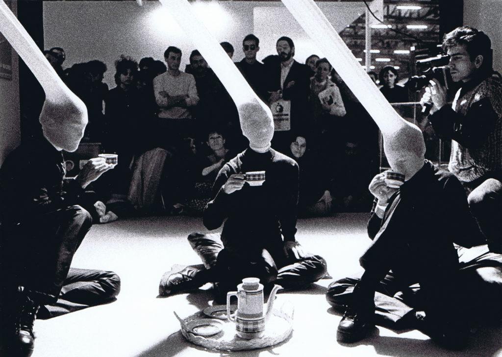 Emisión II. ARCO'84. Grupo Corps (Lourdes Durán, Pedro Garhel y Paloma Unzeta). Espaco P, Madrid, 1984. Foto: Hans Löhr.
