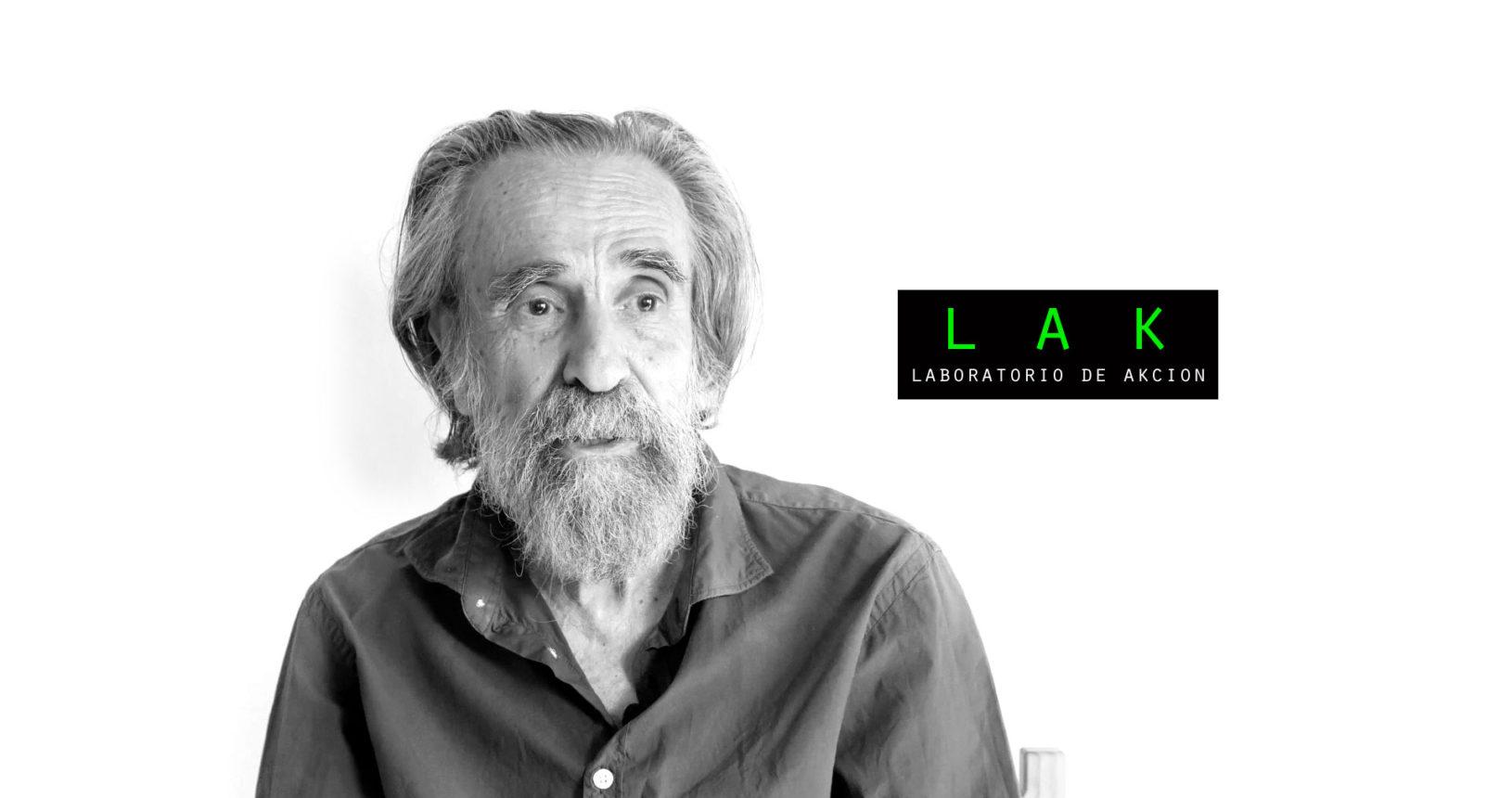 El performer Isidoro Valcárcel Medina, cartel del Laboratorio de Acción, Festival Abierto en Acción, Murcia, 2017.